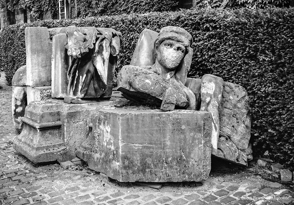 Variante de la photographie représentant une décomposition de parties de corps de statues réalisées probablement par l'atelier de moulage du musée du Cinquantenaire de Bruxelles. © 2003 Bruno D'Alimonte