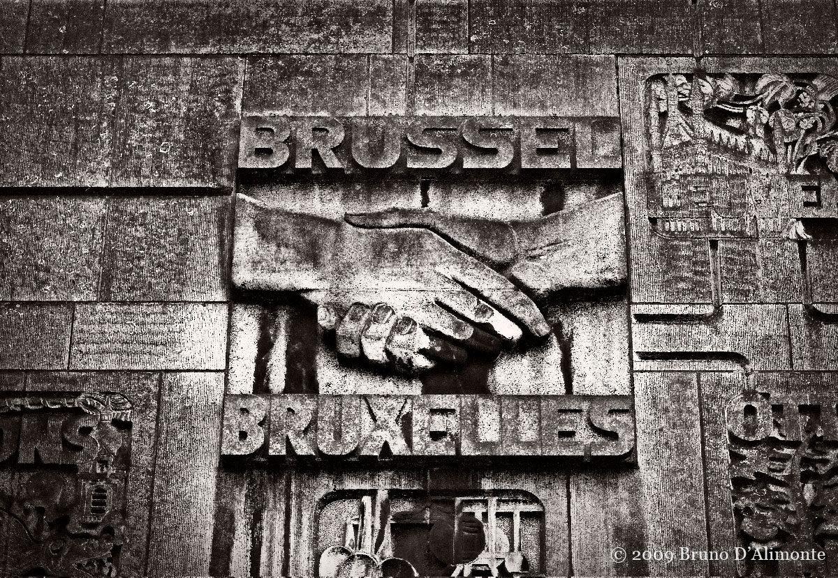 bas relief représentant une main serrant une autre avec Bruxelles et Brussel de part et d