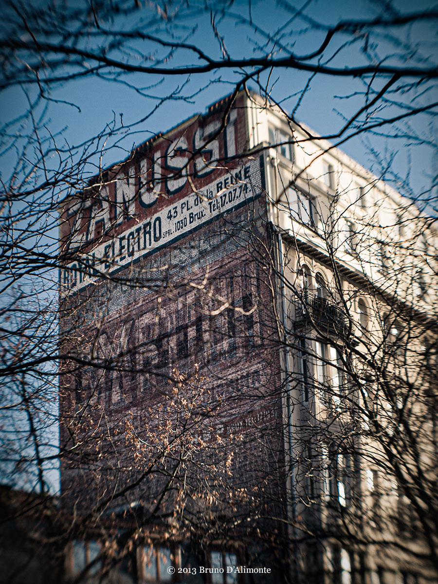 photographie d'un bâtiment portant l'enseigne Zanussi à Bruxelles © 2013 Bruno D'Alimonte