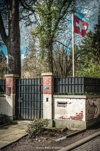 drapeau suisse dans un jardin en ville©2014 Bruno D'Alimonte