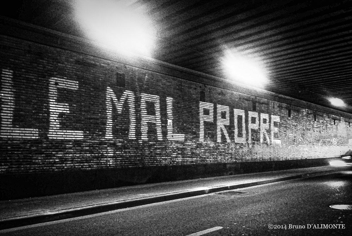 Le Mal Propre, graffiti de l'artiste Obetre qui interroge la pollution, pollueur, propreté, hygiène© 2014 Bruno D'Alimonte
