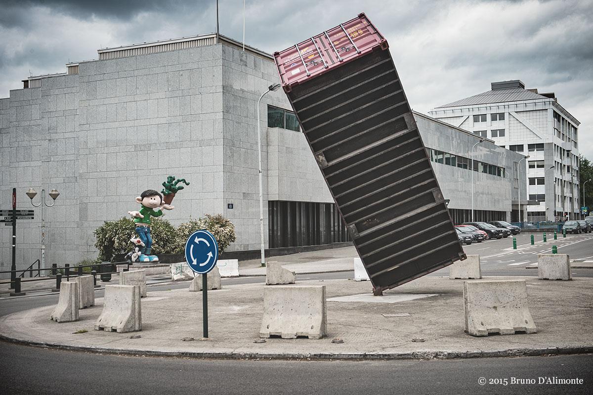 Bruxelles, sur un rond-point du boulevard Pacheco, le container (de l'artiste Luc Deleu dialogue avec une statue en résine de Gaston Lagaffe © 2015 Bruno D'Alimonte