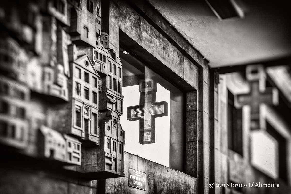 Photographie d'un détail de la gare central de Bruxelles dont une fenêrte reflète la devanture d'une pharmacie.Au Vendeur d'Opium © 2016 Bruno D'Alimonte