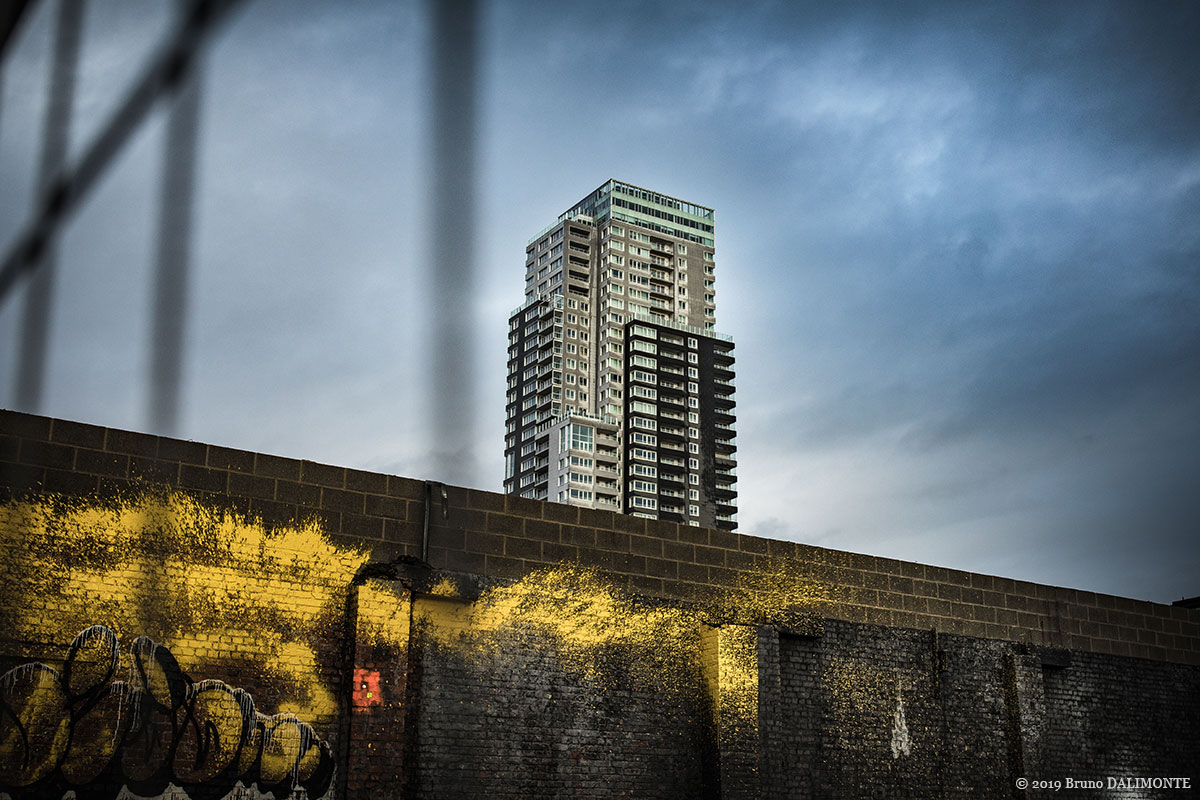 photographie esthétique de la tour bruxelloise UP-Site depuis l