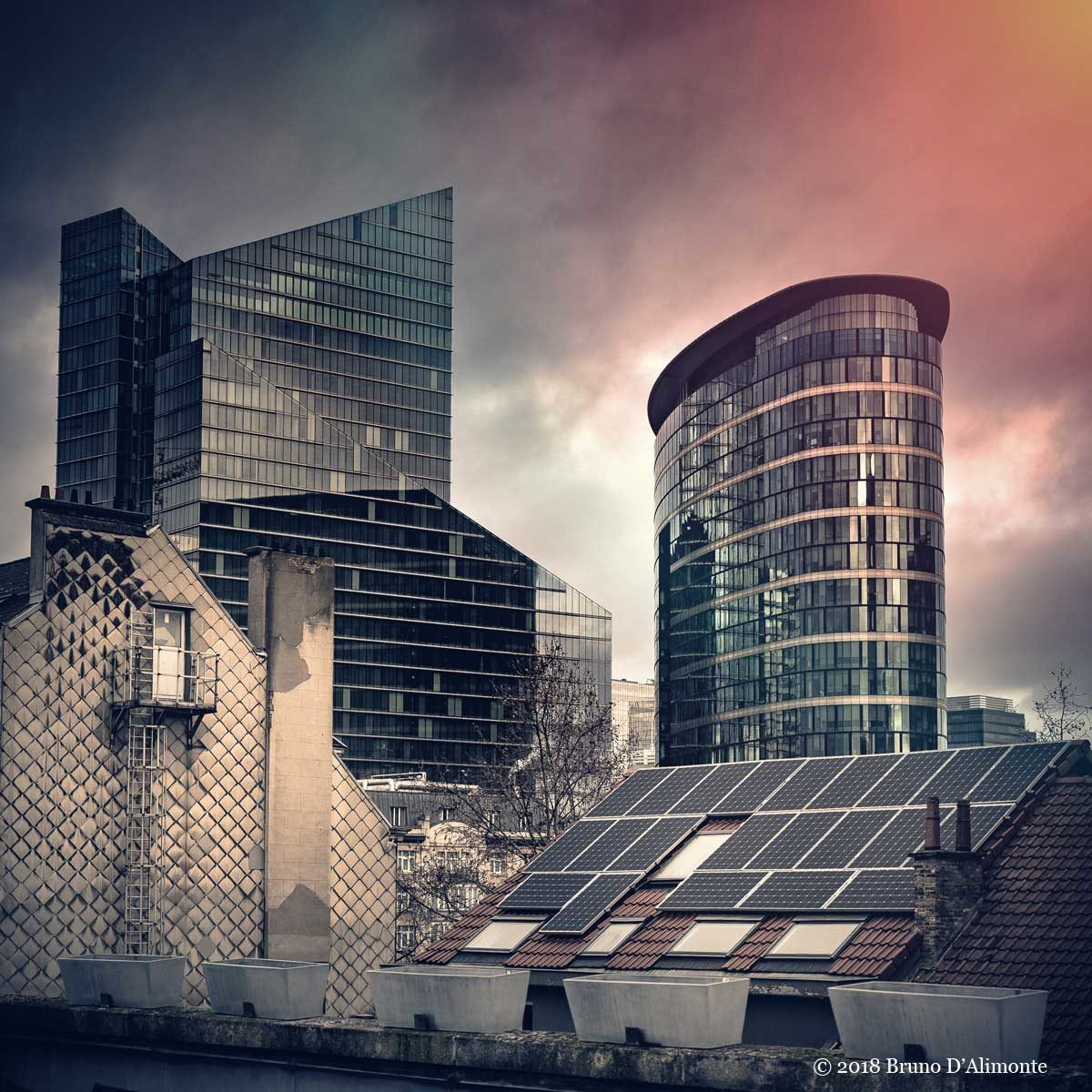 photographie de la tour Rogier et de la tour Covent Garden à Bruxelles depuis une terrasse de la rue du Marais. Devant des maisons anciennes avec une toiture recouverte de panneaux solaires. copyright 2018 Bruno D'Alimonte