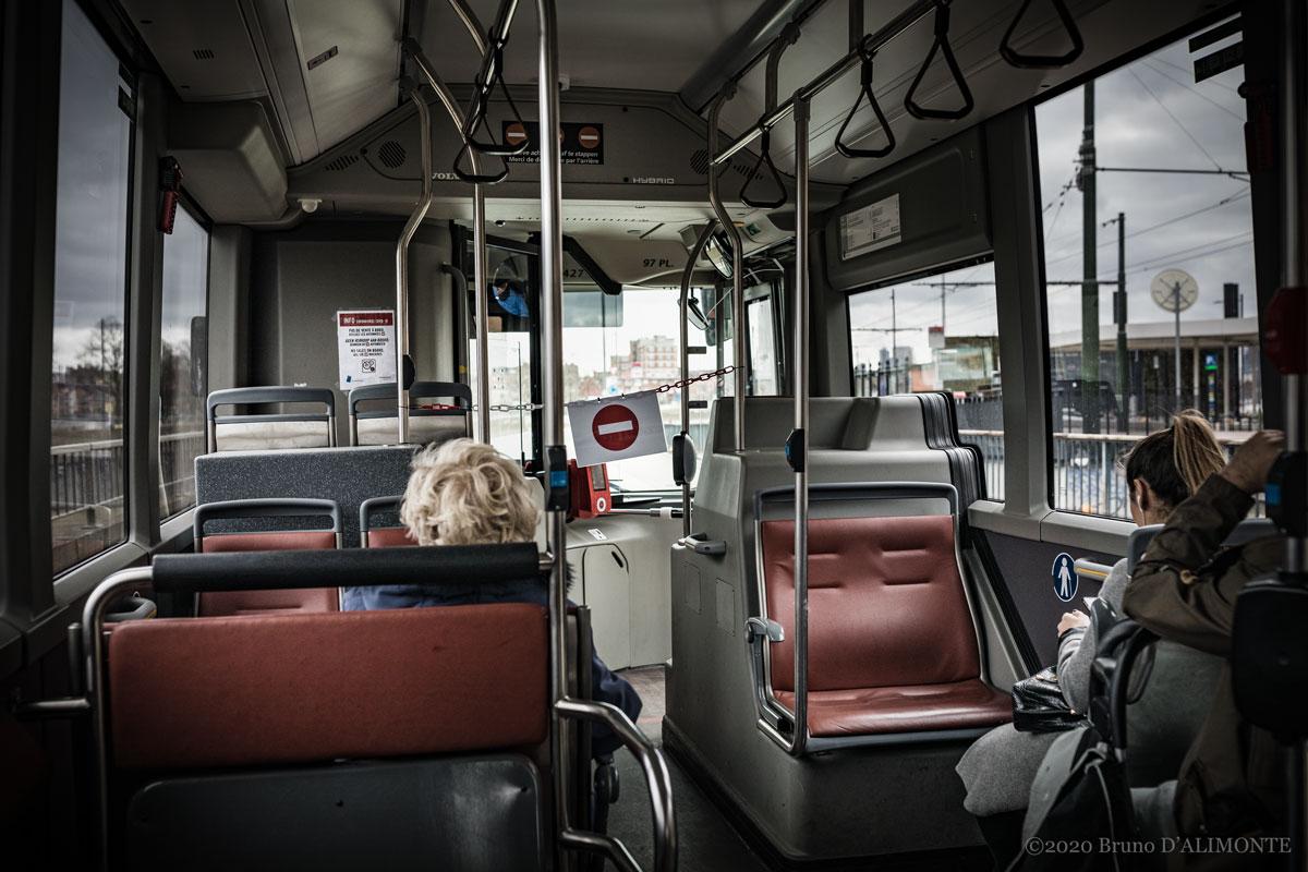 Bruxelles, photographie de l'intérieur d'un bus de la STIB durant la pendémie de coronavirus où l'on voit une signalétique interdisant de se rapprocher du chauffeur.