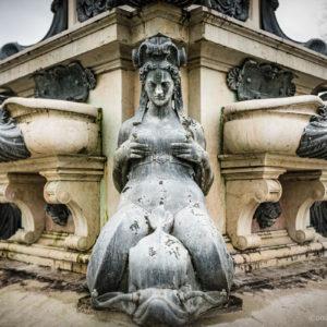Détail de la Fontaine de Neptune sise à Laeken en Belgique qui représente une sirène se tenant les seins. Photographie de Bruno D