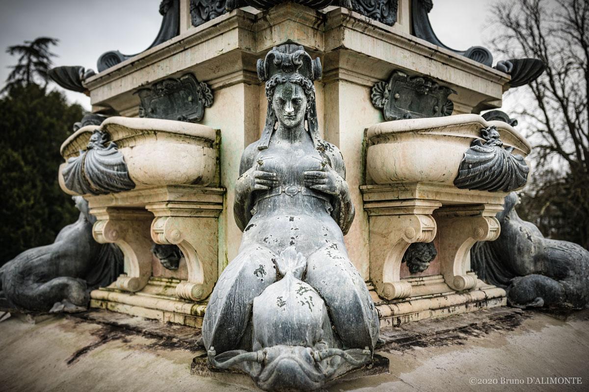 Détail de la Fontaine de Neptune sise à Laeken en Belgique qui représente une sirène se tenant les seins. Photographie de Bruno D'Alimonte