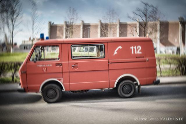 Ambulance rouge avec 112