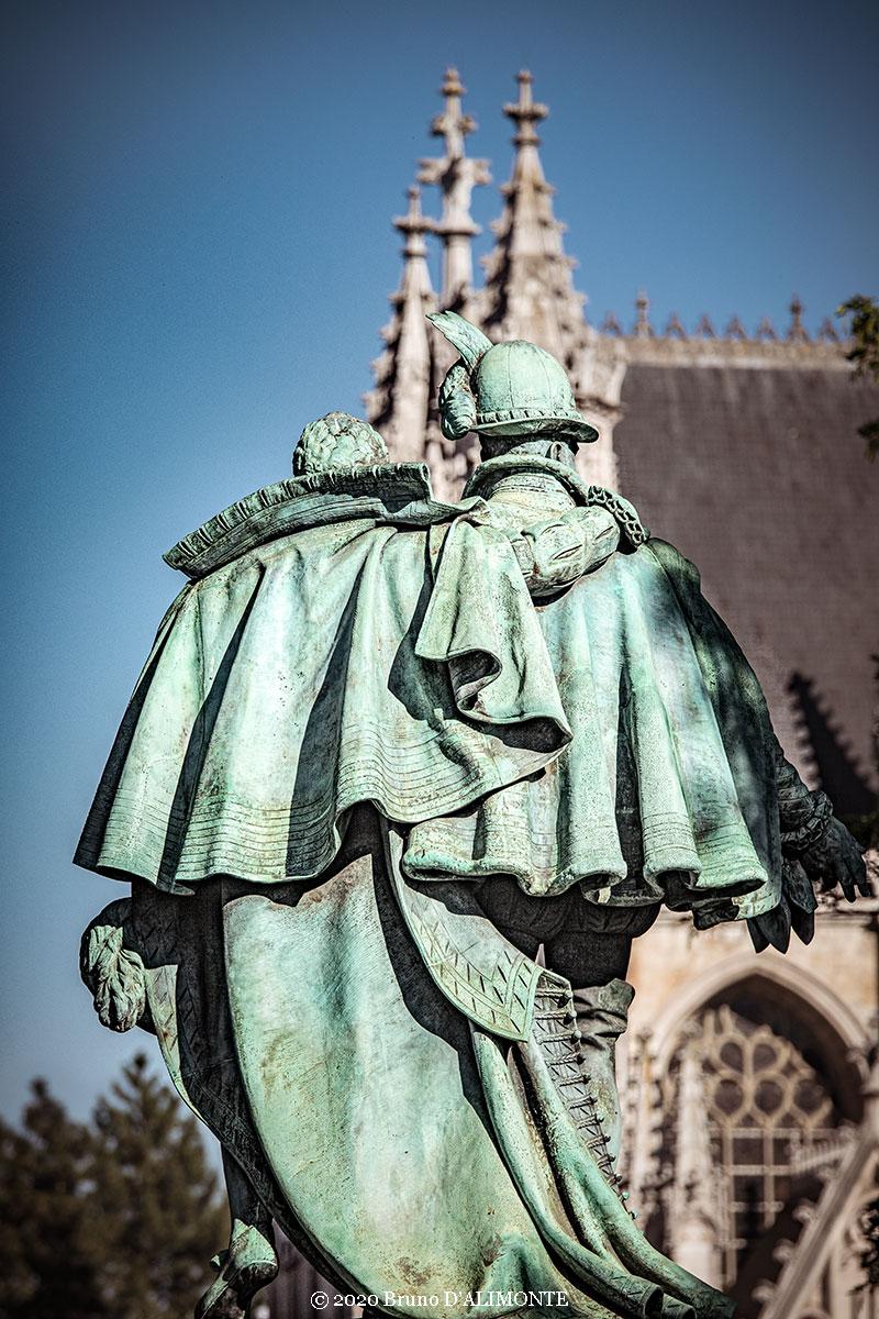 Photographie de la statue des comtes d'Egmont et de Horne de derrière et située dans le square du Petit Sablon à Bruxelles © 2020 Bruno D'Alimonte