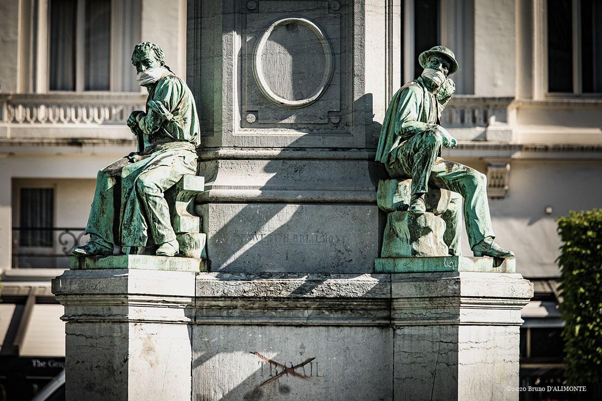 Vue de 2 angles du piedestal du monument à John Cockerill situé place du Luxembourg à Bruxelles. Les deux représentations des ouvriers sont masqués symboliquement en raison de la pandémie covid qui sévit. © 2020 Bruno D'ALIMONTE