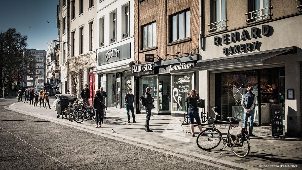 photographie d'une file de clients devant la boulangerie Renard à Ixelles © avril 2020 Bruno D'Alimonte