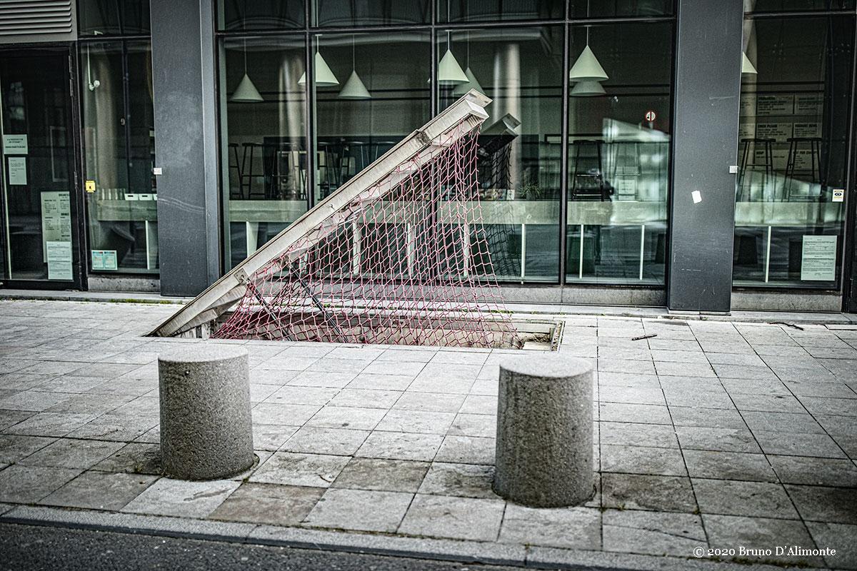 © Photographie de Bruno D'Alimonte réalisée en 2020 qui représente une issue de secours à Bruxelles ouverte dans un environnement urbain sécuritaire