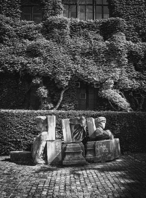 Photographie représentant une décomposition de parties de corps de statues réalisées probablement par l'atelier de moulage du musée du Cinquantenaire de Bruxelles. © 2003 Bruno D'Alimonte