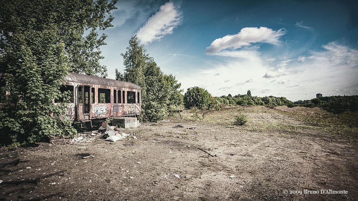Vue panoramique de l'ancienne gare Josaphat à Schaerbeek avec un wagon abandonné © 2009 Bruno D'Alimonte
