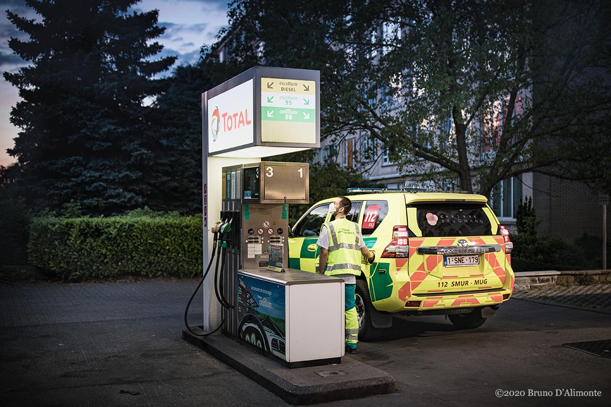 Schaerbeek, sur l'avenue Wahis, la pompe à essence TOTAL reçoit aussi les ambulances. © 2020 Bruno D'Alimonte