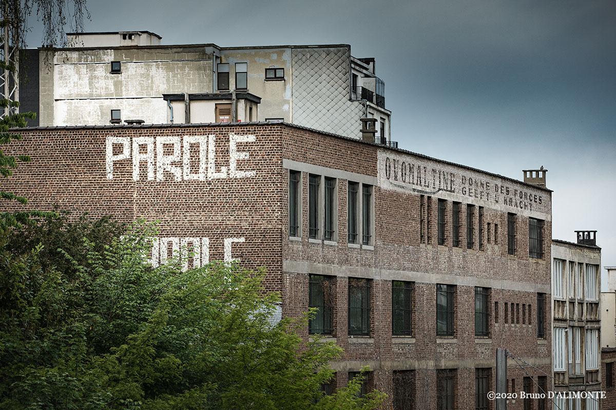 photographie d'une fresque de Parole, artiste de street art à Bruxelles qui s'oppose à une fresque publicitaire ovomaltine de la société Wander implantée jadis dans les années 50. © 2020 Bruno D'Alimonte.