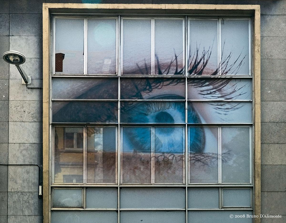 photographie à Anderlecht, quartier de la place Bara, façade d'une anciene imprimerie et photogravure, il ne reste qu'un œil imprimé comme signalétique. Un autre regard sur Bruxelles. © 2008 Bruno D'Alimonte