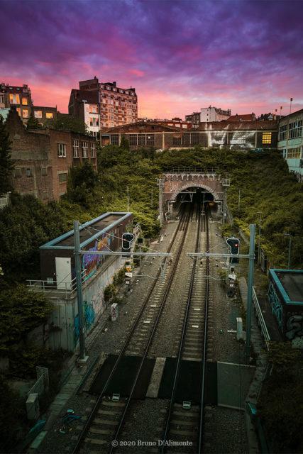 photographie depuis la chaussée de Louvain à Schaerbeek et qui montre l'arrière de la gare Meiser à Schaerbeek au moment du crépuscule tout en couleurs © 2020 Bruno D'Alimonte