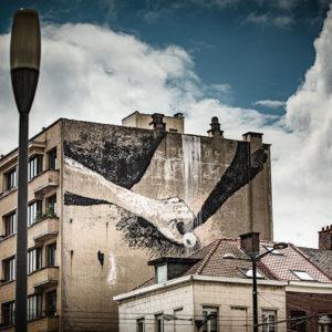 Fresque à Bruxelles le long du canal qui dépeint une main qui se caresse la vulve. Masturbation éloquente dans la ville. © 2020 Bruno D
