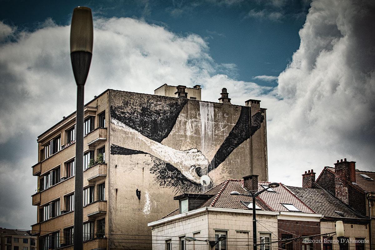 Fresque à Bruxelles le long du canal qui dépeint une main qui se caresse la vulve. Masturbation éloquente dans la ville. © 2020 Bruno D'Alimonte