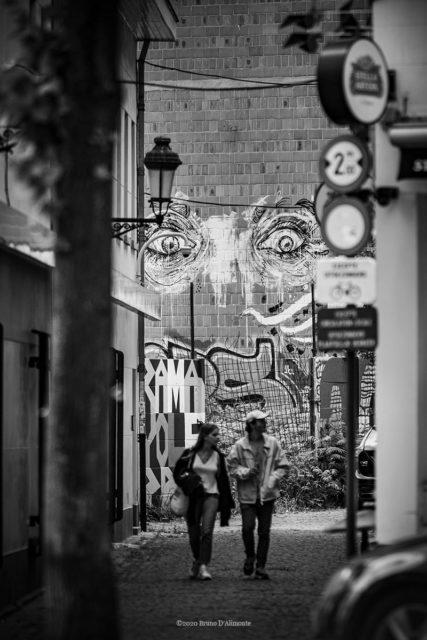 Rue du Pays de Liège à Bruxelles, un couple se promène alors que deux yeux les surveillent © 2020 Bruno D'Alimonte