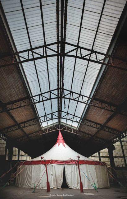 Molenbeek, châpiteau d'un cirque qui a choisi le toit de la gare maritime de Tour et Taxi pour se poser. © 24 avril 2012 Bruno D'Alimonte