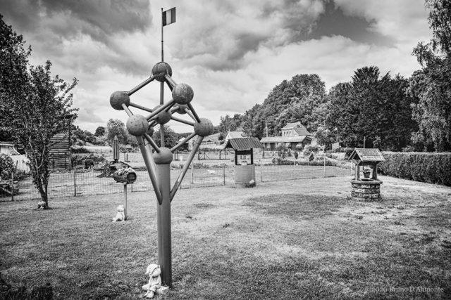 photographie d'un pastiche d'Atomium situé dans la campagne près de Sombreffe © 2020 Bruno D'Alimonte