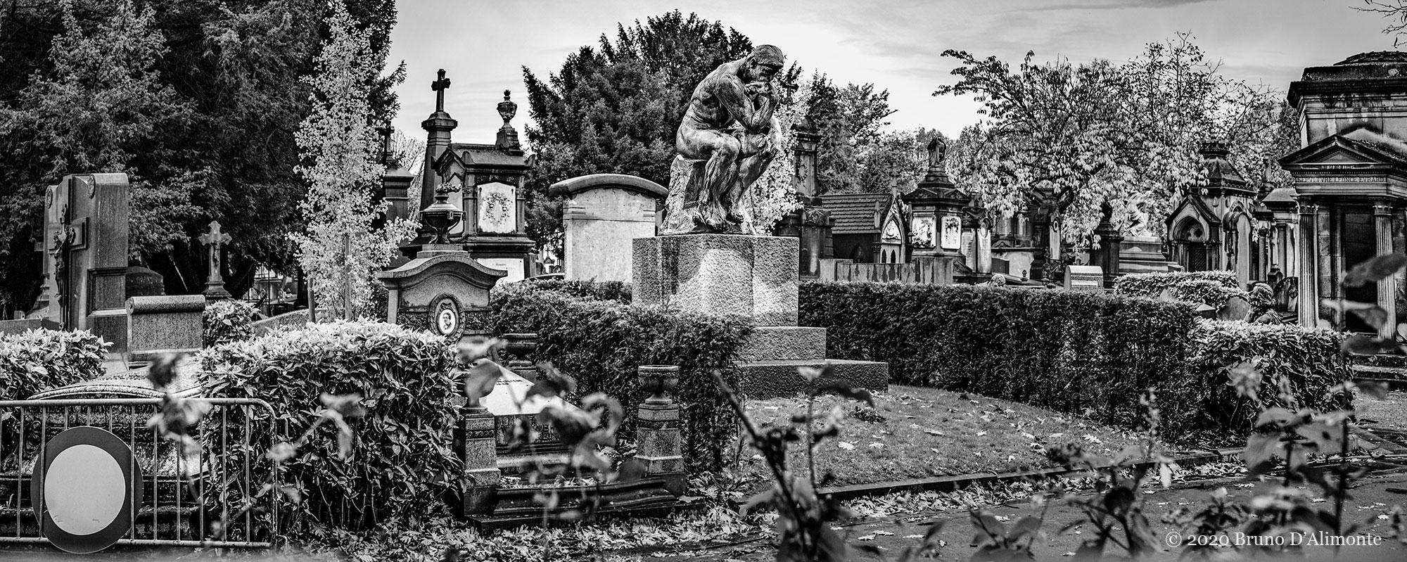 Statue du penseur de Rodin au mileu du cimetière de Laeken par Bruno D'Alimonte