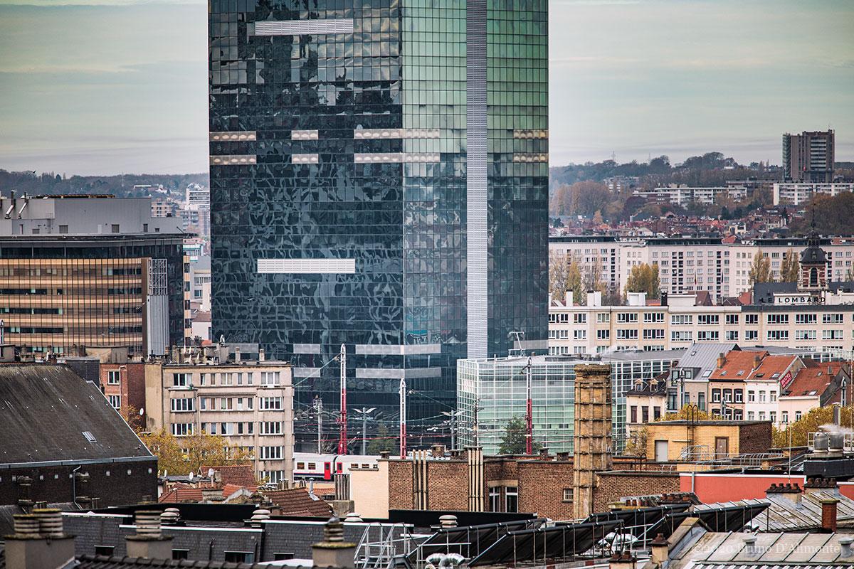 Détail de la Tour du Midi, gratte-ciel bruxellois qui héberge le ministère en charge des pensions ou retraites. © 2020 Bruno D'ALIMONTE pour Brussels'Eyes.