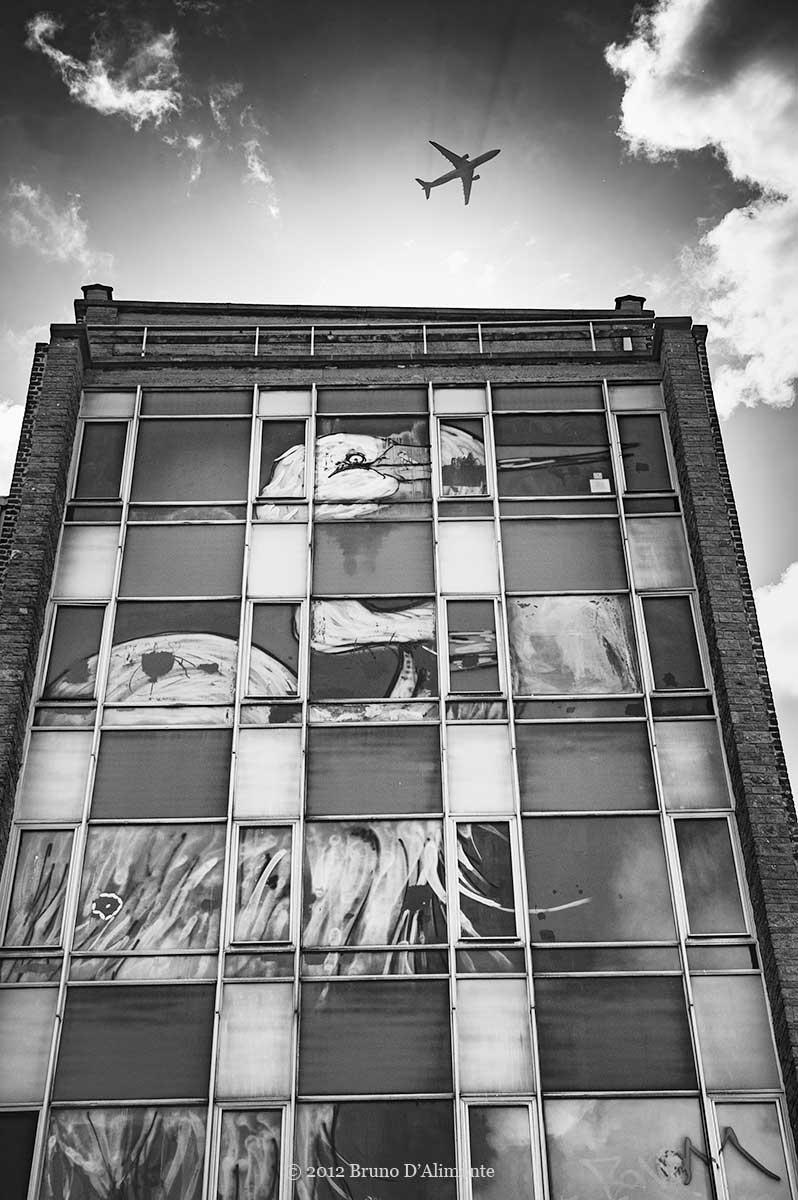 Fresque de  du streetartist bonom représentant une cigogne rue de l'héliport à Bruxelles