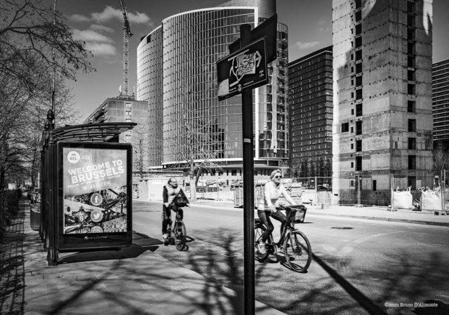 paysage urbain en noir et blanc avec deux cyclistes à Bruxelles