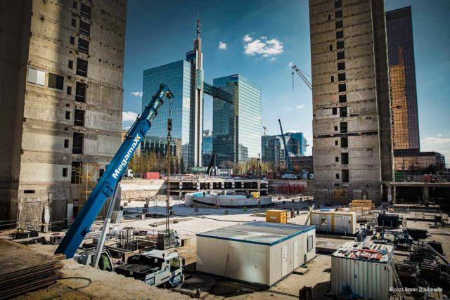 Projet Zin en chantier à Bruxelles qui laisse apparaître les deux tours Belgacom dans un quartier en ruine. © 2021 Bruno D'Alimonte