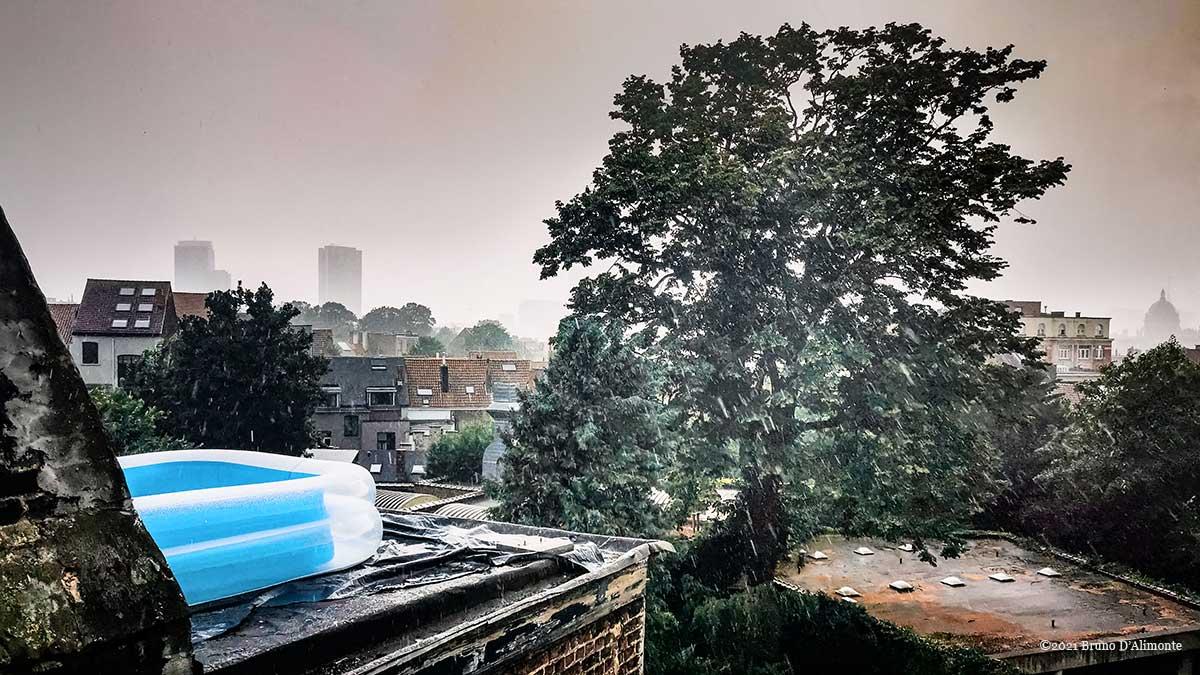 piscine sur un toit pendant la tempête