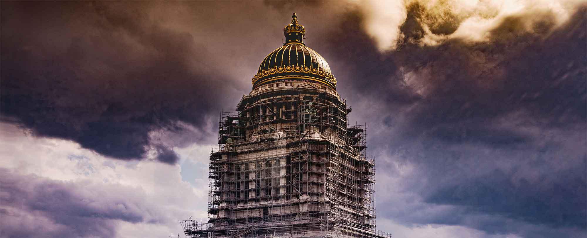 Palais de justice de Bruxelles sous un ciel dramatique